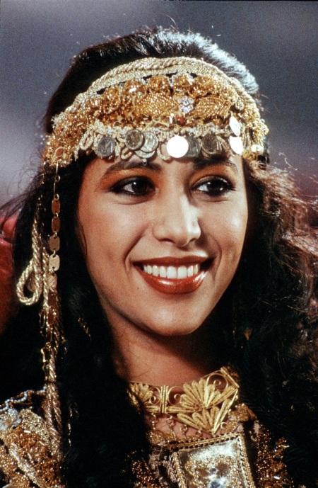 """Ofra Haza (Sängerin) 06/88 rag     Ofra Haza im Juni 1988 in """"Formel Eins"""" (ARD)   Israel israelische israelisch Frau Musik Pop Gesang Popsängerin Popmusik  israelian israeli female singer   schwarzhaarig langhaarig Locken Schmuck Stirnband  hoch Portrait lächelnd"""
